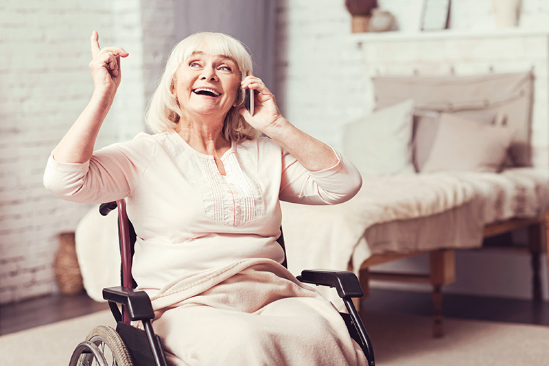 personne âgée au téléphone